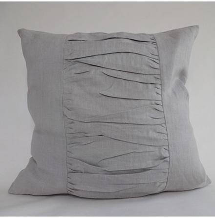 Ljusgrått kuddfodral med draperade veck