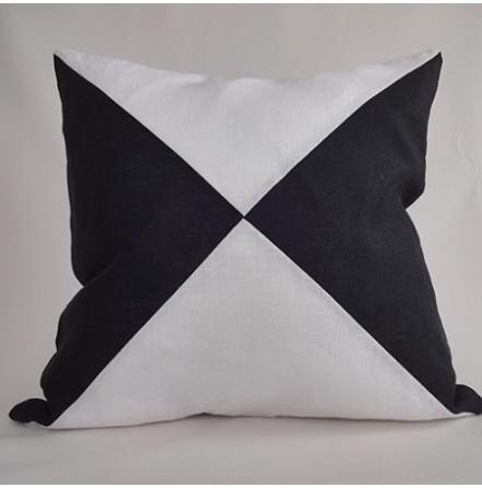 Triangelmönstrat kuddfodral vitt och svart
