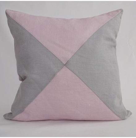 Triangelmönstrat kuddfodral rosa och ljusgrått