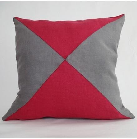 Triangelmönstrat kuddfodral rött och mörkgrått